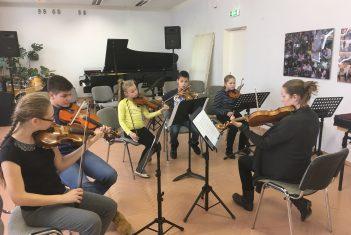 EMTA üliõpilased juhendavad noorteorkestreid laulupeo kava ettevalmistamisel