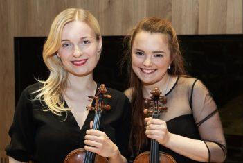 Eesti Muusika- ja Teatriakadeemia üliõpilased Gloria Ilves ja Katariina Maria Kits said Eesti Pillifondilt musitseerimiseks ajaloolised viiulid